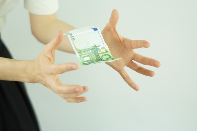 bankovka mezi prsty