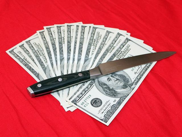 nůž na bankovkách