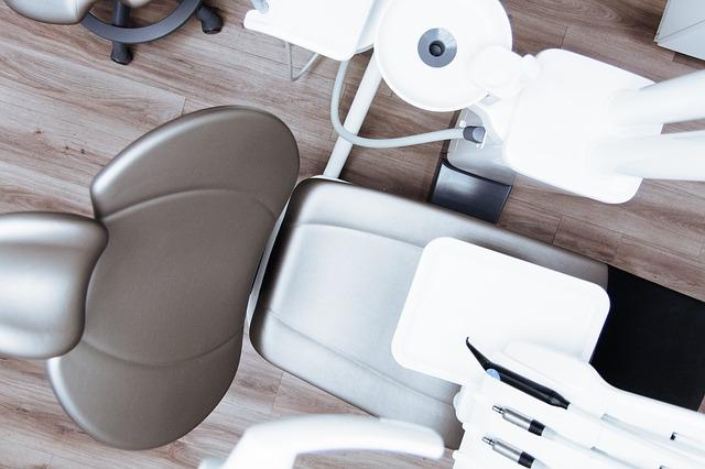volná židle u zubaře