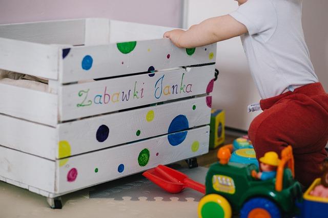 malé dítě hrající si v pokojíčku s kostkami